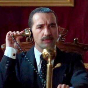 11- Miguel Lago interpreta a Alfonso XIII en Chicas del Cable (Netflix, 2017)