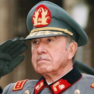 16- La serie 'Los archivos del cardenal' (TVN, 2011) mezcla ficción y hechos históricos de la dictadura de Augusto Pinochet (1915-2006)